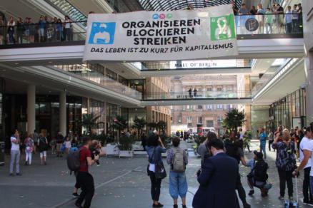 Blockupy am 2. September 2016 in der Mall of Shame in Berlin