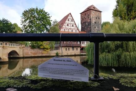 In Nürnberg sind zum Safe Abortion Day Kleiderbügel an verschiedenen Stellen aufgetaucht